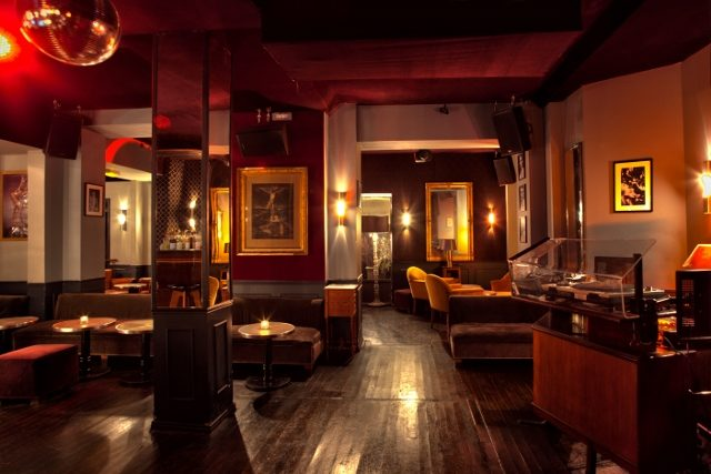 Le Chacha Club un bar avec fumoir