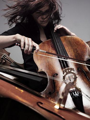 Vita aux Bouffes du Nord, Sonia Wieder-Atherton transcende la voix du violoncelle.