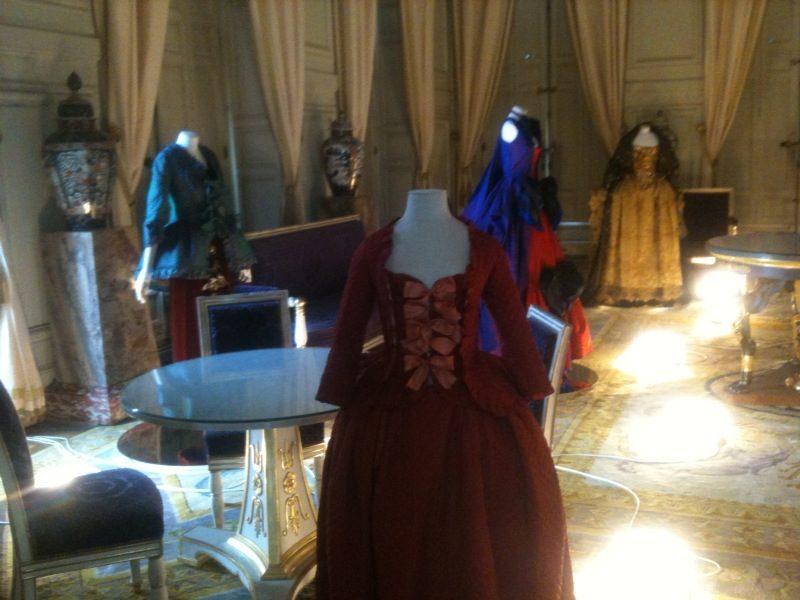 Versailles remet la mode du XVIIIe siècle au goût du jour