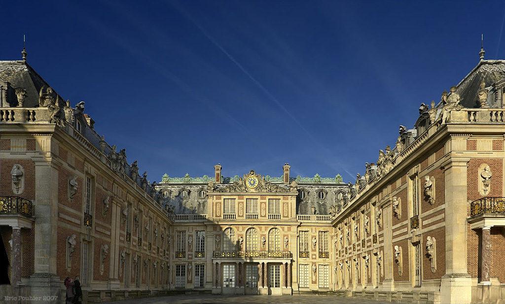 Des meubles d'époque et contemporains à Versailles