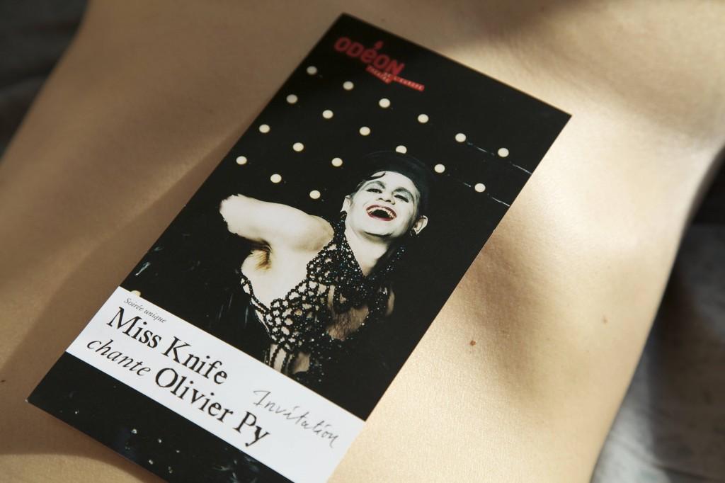 Miss Knife habille Olivier Py de lumière à l'Odéon