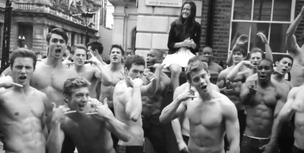 Les vendeurs d'Abercrombie reprennent « Call Me Maybe »