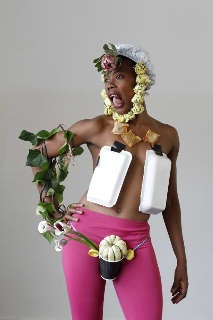 Biennale de la danse 2012 : Robyn Orlin et Moving into Dance Mophatong, quels rires pour quel public ?