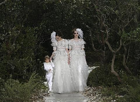 Défilé Chanel : un clin d'oeil au mariage et à l'adoption pour tous