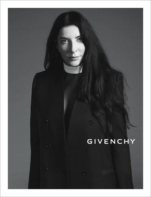 L'artiste Marina Abramovic pose pour Givenchy