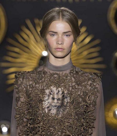 Défilé hautement couture à Paris, manifeste d'une mode plastique sur mesure