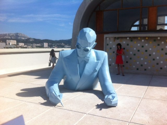Xavier Veilhan est sur le toit du Corbusier, une vraie expo de fadas !