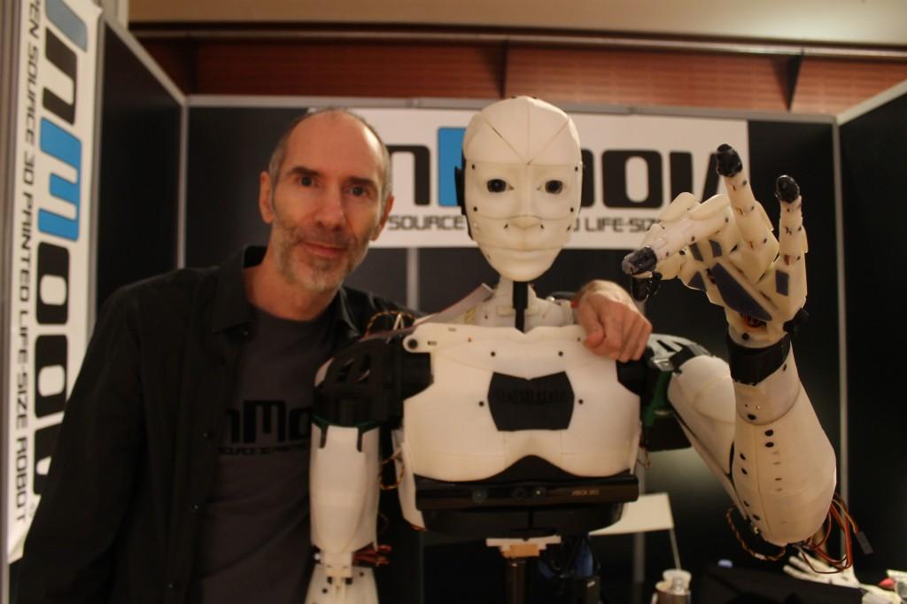 L'androïde imprimé et son créateur, une relation au poil