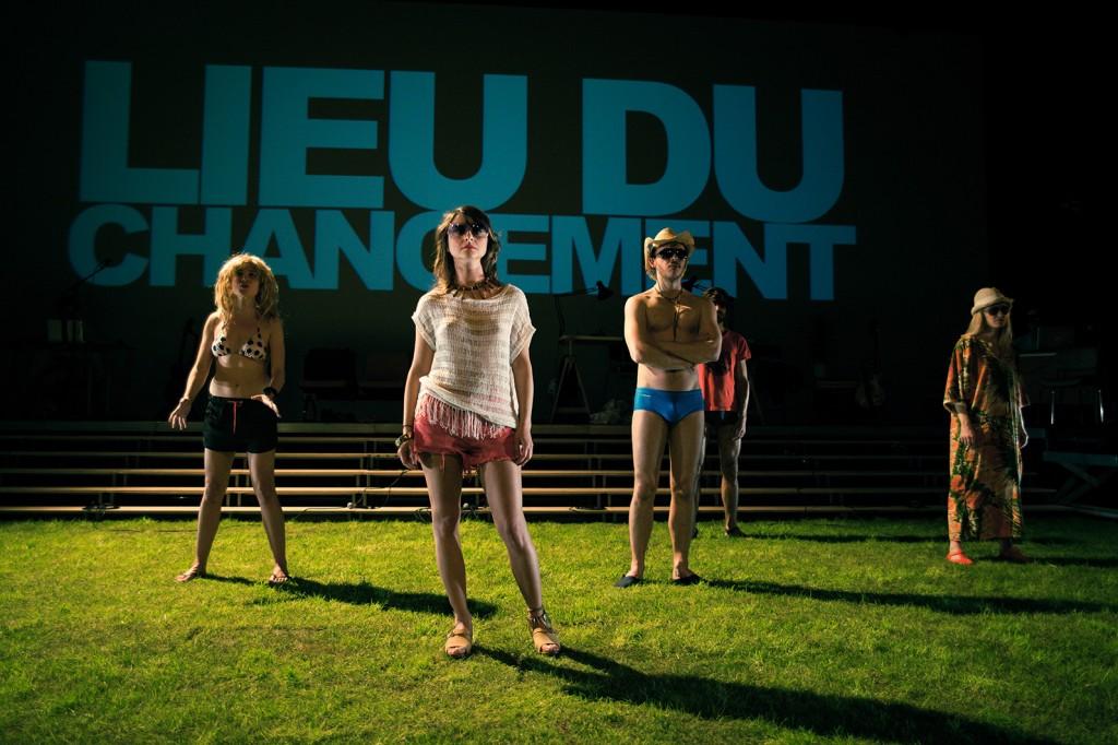 [Critique] Les Particules Elémentaires au Théâtre du Nord : la jeunesse emporte Houellebecq dans sa fougue