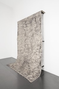 Morgane Tschiember, Skin, 2013, Céramique, tissu, vernis, acier Courtesy Galerie Loevenbruck, Paris Photo Isabelle Giovacchini © Adagp, Paris