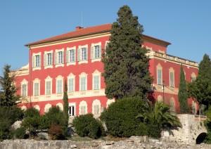 Musée Matisse, Nice. Fenêtre à linteau et moulures en trompe-l'œil, parvis des orangers Photo : Ville de Nice/Musée Matisse/Nathalie Lavarenne