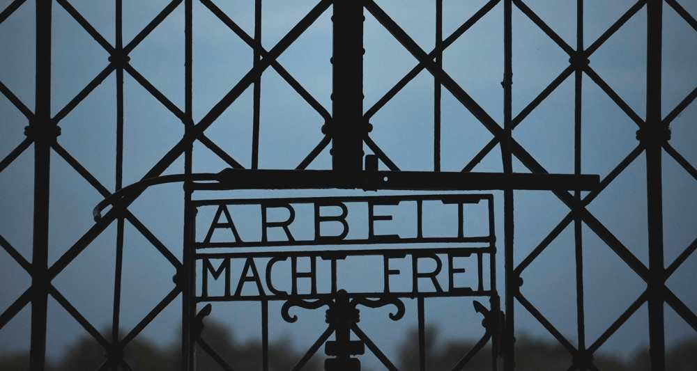 La porte en fer forgé de l'ex-camp de concentration de Dachau volée