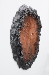 Raked open, 132 lbs, 2014 Céramique émail métal 111,8 x 116,8 x 10,2 cm © Adam Reich