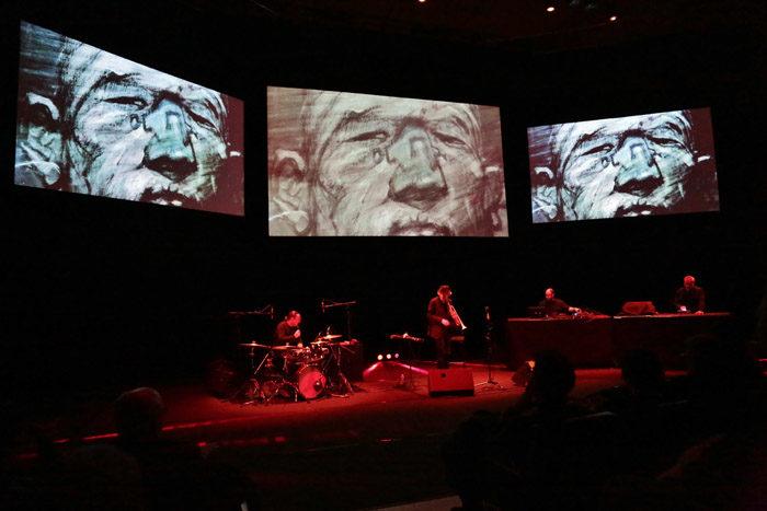 Le concert visuel « Being Human Being » d'Enki Bilal, Erik Truffaz et Murcof: Du jazz aux sonorités bande-dessinée