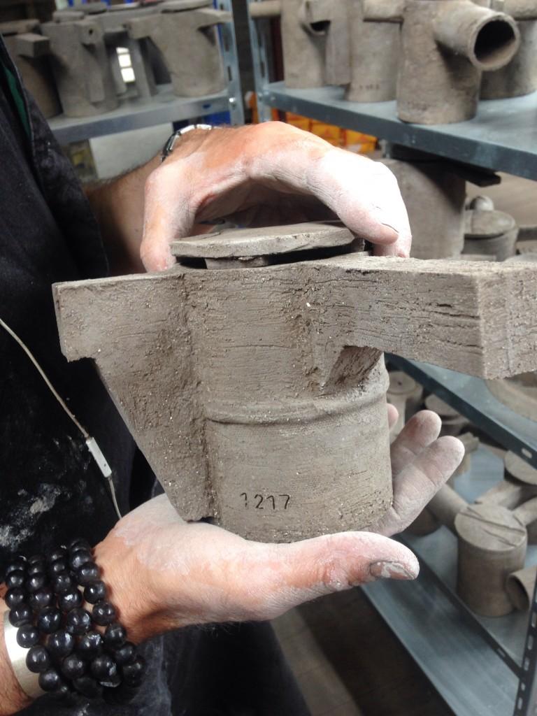 Les théières brutalistes de Frédérick Gautier investissent la Péniche Le Corbusier