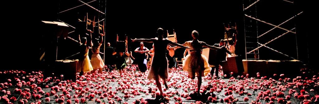«Nelken», le Tanztheater Wuppertal affronte la saleté du monde dans la douceur des oeillets