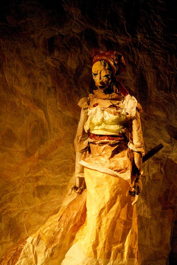 « Une Antigone de papier, tentative de défroissage du mythe » : un classique transfiguré par la grâce des marionnettes de papier