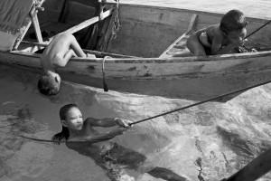 Enfants Badjao. Borneo, mer des célèbes- Courtesy Galerie Argentic © Pierre de Vallombreuse