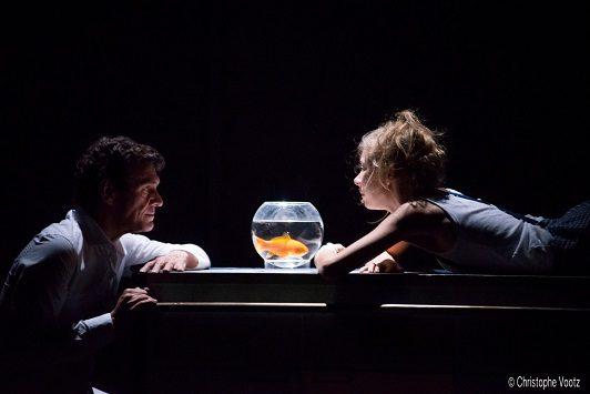 «Le poisson belge» : un dialogue touchant sur l'enfance en deuil avec Marc Lavoine à la Pépinière Théâtre