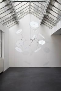 Susumu Shingu, Snow Flower, 2010. Aluminium, acier inoxydable et polyester. 250 x ø 200 cm. Courtesy Jeanne Bucher Jaeger, Paris. Photo : H. Abbadie