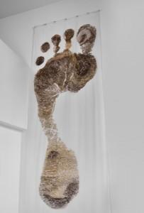 Le pied de Caroline aux cheveux de Charolais 4,30 X 1,50 m Dessin aux cheveux de Charolais sur soie 2008-2013