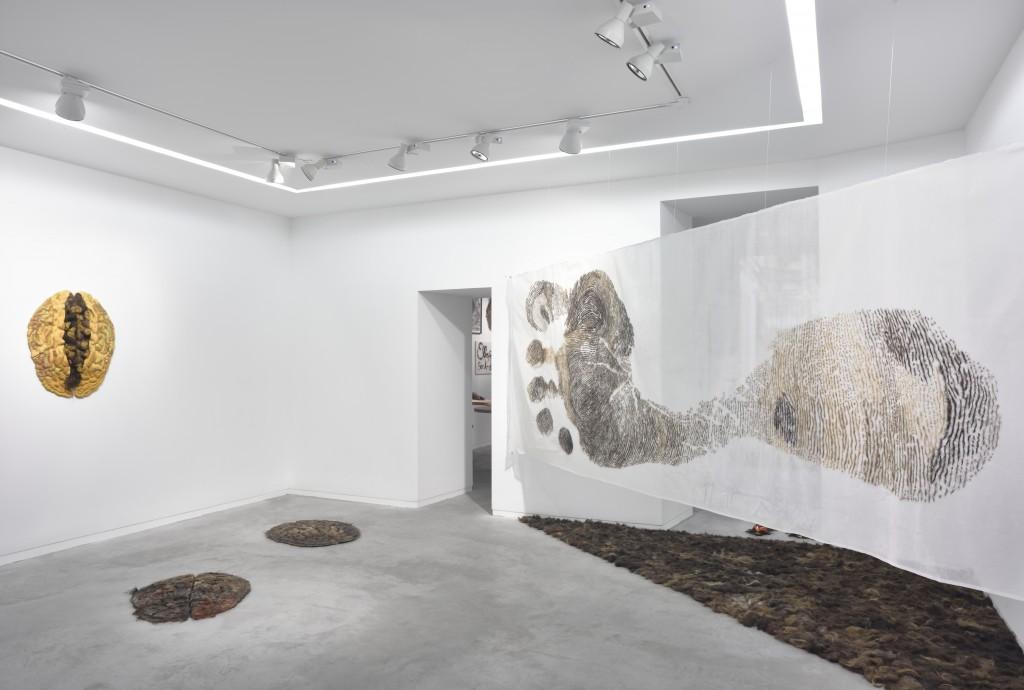 Isabelle Plat à la galerie Eric Mouchet: nos identités ont la silhouette d'empreintes chevelues