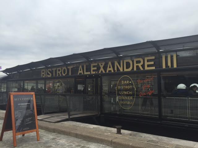 Le Bistrot Alexandre III, une péniche gastronomique flambant neuve, presque sous le pont