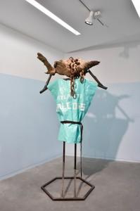 Pierre Gaignard, Il Cornutto, 2015, métal, racine et chaine de la vallée del Leio, poncho plastique, 120 x 200 x 70 cm