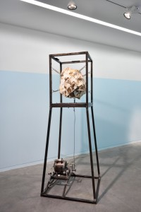 Pierre Gaignard, Lu teremute, 2015, métal, moteur, silex de la Majella, 67 x 180 x 67 cm