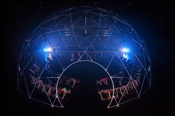 «Le Synesthesium» : Arthur H et Léonore Mercier mêlent mystique et technologie au Théâtre de la Cité Internationale