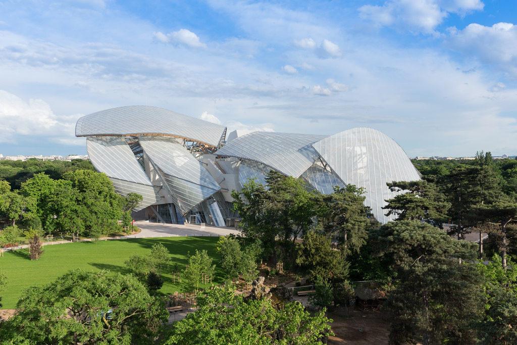 Daniel Buren refait la façade de la Fondation Louis Vuitton