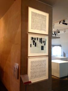 Au milieu: Hans Schimansky, Sans titre, 2009, encre de Chine sur papier, 49,9 x 64,8 cm, courtesy Galerie Jeanne Bucher Jaeger. Photo Bernd Kühnert