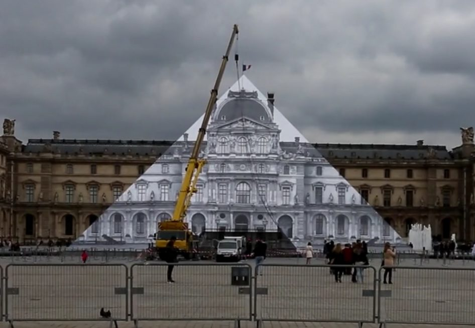 Le street artist JR cache le Louvre en pleine lumière