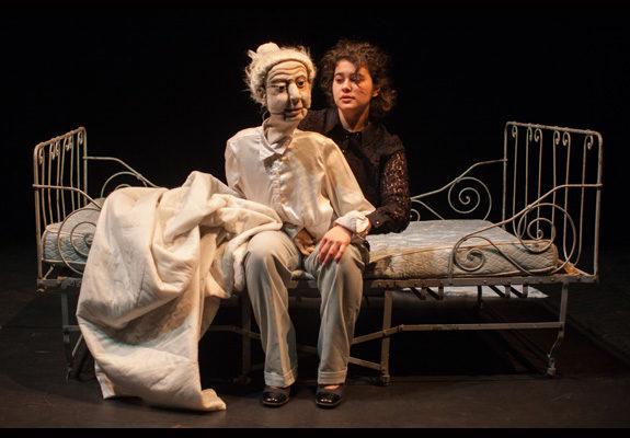 Au Mouffetard, la marionnette au corps à corps avec sa manipulatrice.