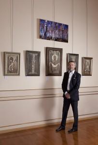 Alexandre Tikhomirov devant certaines oeuvres de l'exposition