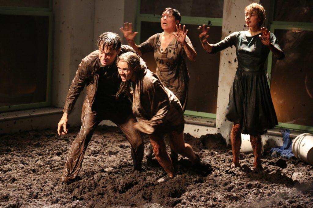 N043 «Saleté» : un bain de boue saisissant