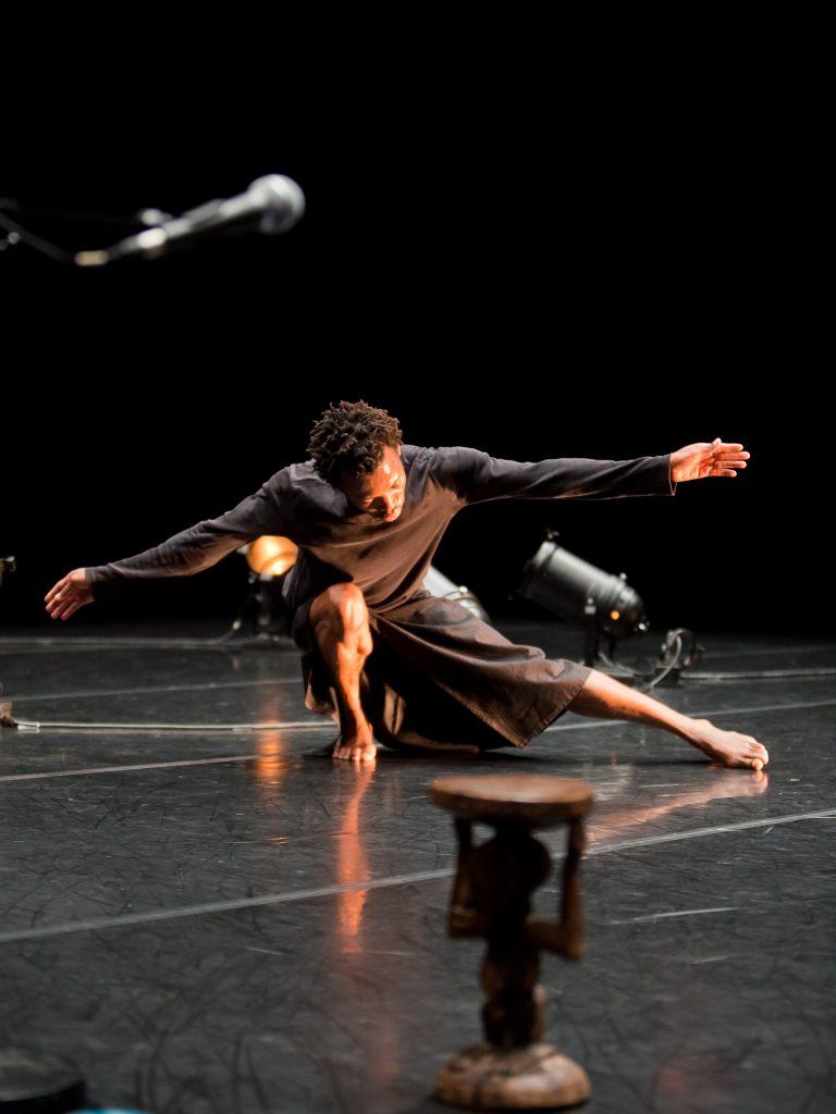 Le Cargo, Chorégraphie et interprétation : Faustin Linyekula Studios Kabako - création 2011 - Centre national de la danse
