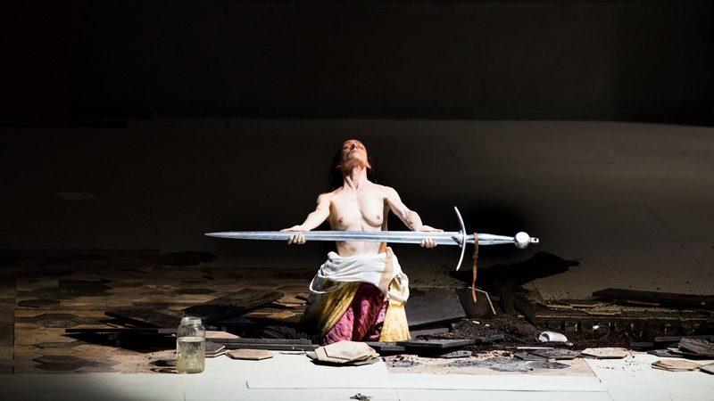 «Jeanne au bûcher» à l'Opéra de Lyon: Jeanne d'Arc nue chevauchant un cheval mort