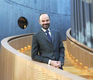 Edouard Philippe dans la moderne médiathèque du Havre