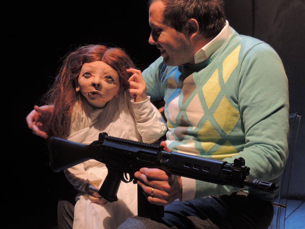 «Gunfactory», un théâtre engagé qui ne ménage pas son public [Biennale des Arts de la Marionnette]