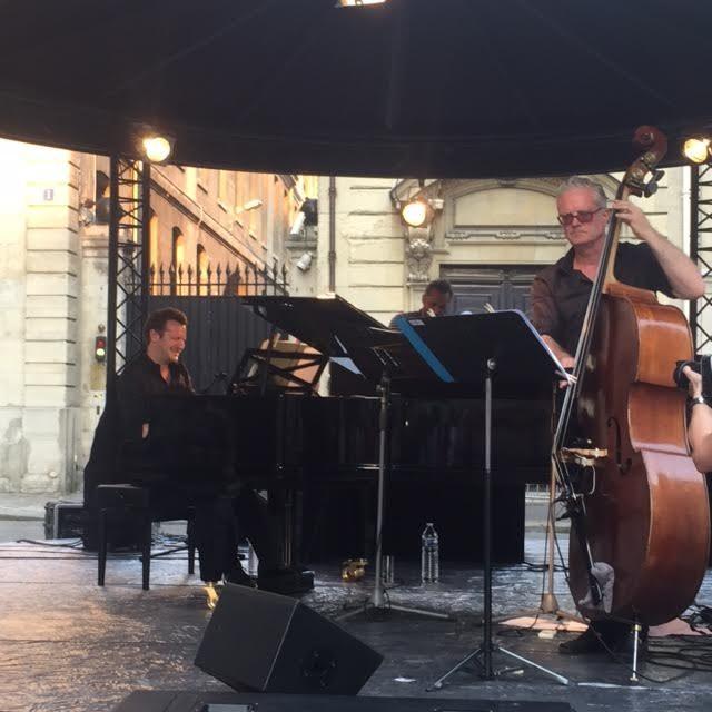 [Live-Report] : Laurent Couson, la Galerie Diane de Polignac et Charles Schillings font la fête de la musique avant l'heure Place Thomas d'Aquin