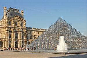 Le Palais du Louvre et la pyramide de Pei