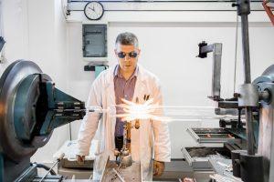 Jean-Michel Wiernezky, Meilleur Ouvrier de France, souffleur de verre scientifique, dans son atelier de l'Ecole Polytechnique.