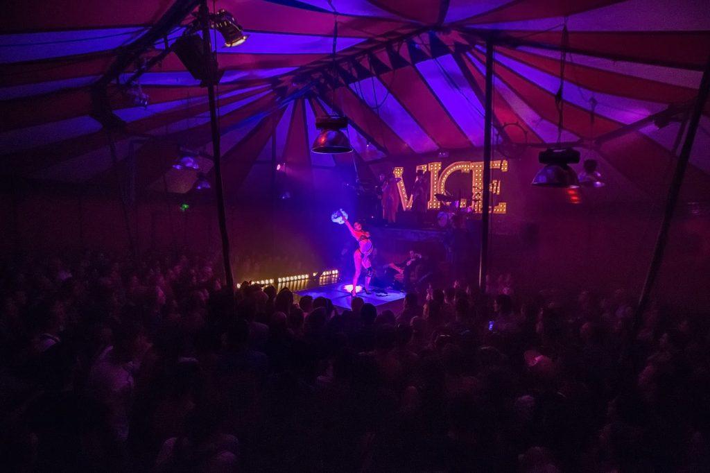 Un «Electric Sideshow» entre cirque et concert, le burlesque en prime