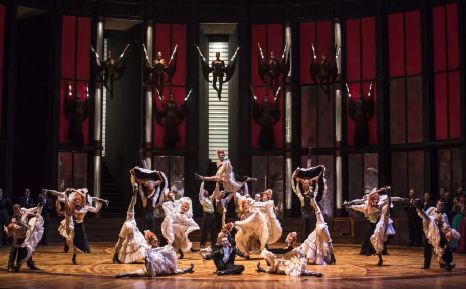 A l'Opéra Bastille, «La Veuve joyeuse», sur un air de danse