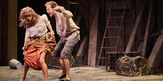Hilarantes Fourberies de Scapin de Molière à la Comédie Francaise dans une mise en scène inspirée de Denis Podalydès.