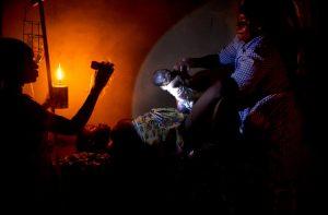 Pascal Maitre, Accouchement à la lampe à pétrole, Attankpe, © Pascal Maitre/Cosmos