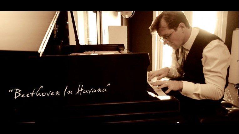 Joachim Horsley, pianiste atypique, en concert aux Folies Bergère