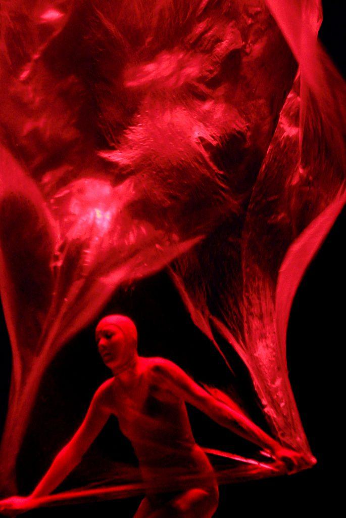 Phia Ménard sculpte les transformations du «Vortex» avec une habileté divine