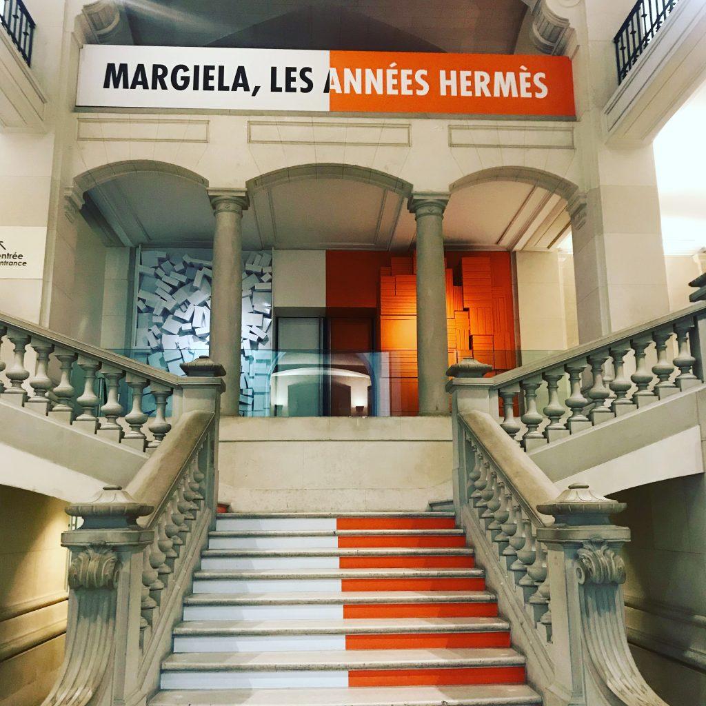 Oranges et blanches, les années Hermès de Martin Margiela flamboient au Musée des arts décoratifs